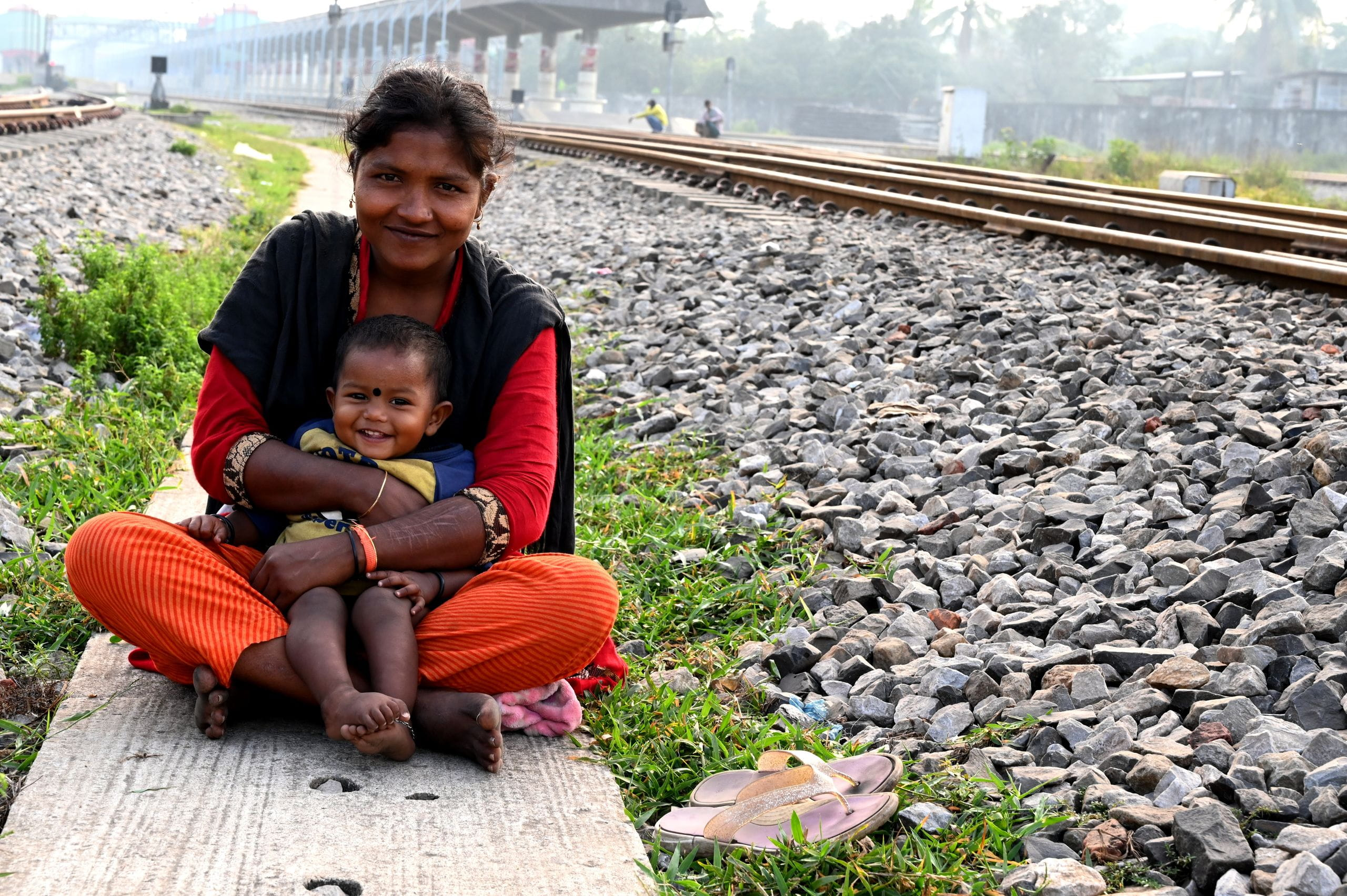 Image of mother and child by train tracks in Bangladesh